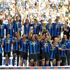 """Inter Milan's team celebrate after winning the 17th Italian serie A football championship, """"scudetto"""", at the end of  the Serie A football match Inter Milan  vs Atalanta at San Siro Stadium  in Milan on  May 31, 2009. AFP PHOTO / GIUSEPPE CACACE (Photo credit should read GIUSEPPE CACACE/AFP/Getty Images)"""